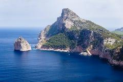 Stora berg som upprätt bildar, mycket höga kuster royaltyfria foton