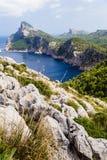 Stora berg som upprätt bildar, mycket höga kuster arkivbilder