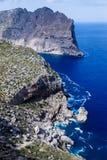 Stora berg som upprätt bildar, mycket höga kuster arkivfoton