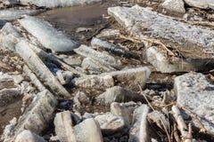 Stora bitar av smutsig is och den insnöade våren Arkivbild