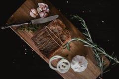 Stora biten av rökt rimmat späcker i flor med ett rep Traditionellt ryss- och ukrainaremål Sund mat med kryddor, örter arkivbilder