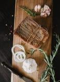 Stora biten av rökt rimmat späcker i flor med ett rep Traditionellt ryss- och ukrainaremål Sund mat med kryddor, örter royaltyfri fotografi
