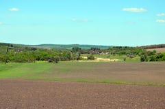 8 stora blåa oklarheter avlägsen lätt eps för tillägg fields byn för fem för förgrundsformatgreen för liggande för ängar för plan Royaltyfri Foto