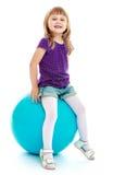 Stora blått klumpa ihop sig för kondition som lilla flickan som arkivfoto