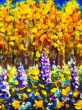 Stora blommor i solig dag för höstskoghöst i orange guld- skoglilor, vit, blåa stora blommor i härlig magi fo för skog royaltyfri bild