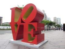 Stora bokstäver, ordförälskelsen på trottoaren Royaltyfri Foto
