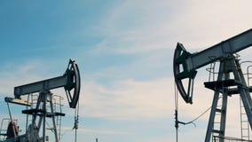 Stora borrtorn som pumpar upp olja, slut arkivfilmer