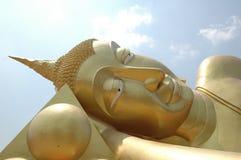 Stora buddha i thailändsk tempel Arkivbilder