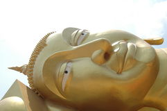 Stora buddha i thailändsk tempel Royaltyfria Foton