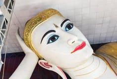 Stora buddha Kyauk Htat Gyi som vilar den buddha statyn Royaltyfria Foton