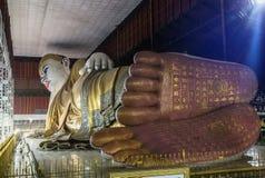 Stora buddha Kyauk Htat Gyi som vilar den buddha statyn i den Myanmar Burman på natten Arkivbilder