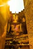 Stora buddha mot solstråle Arkivbild