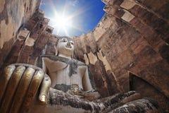 Stora buddha mot solstråle på wat Srichum royaltyfri foto