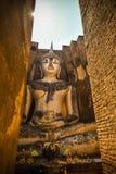Stora buddha mot solstråle på wat Srichum Arkivbild