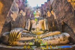 Stora buddha mot solstråle på wat Srichum Royaltyfri Bild