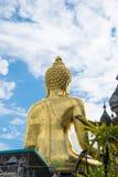 Stora buddha på den guld- triangeln på bakgrund för blå himmel Royaltyfria Bilder