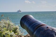 Stora Canon som siktas på passagerarfärjan i den Plymouth hamnen England fotografering för bildbyråer