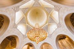 Stora Crystal Chandelier på taket av Sheikh Zayed Mosque, den storslagna moskén för stor marmor på Abu Dhabi, UAE Arkivfoto