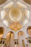 Stora Crystal Chandelier på taket av Sheikh Zayed Mosque, den storslagna moskén för stor marmor på Abu Dhabi, UAE Royaltyfria Foton