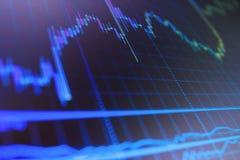 Stora data på LED panelen Växande affärsgraf med stigning upp trend arkivbild