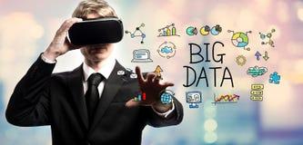 Stora data smsar med affärsmannen som använder en virtuell verklighet Arkivbild