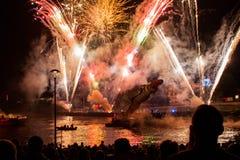 Stora drakar Parade förbindelse med fyrverkerierna Royaltyfria Bilder