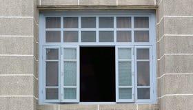 Stora fönster på de gamla Europé-stil byggnaderna Arkivfoto
