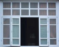 Stora fönster på de gamla Europé-stil byggnaderna Arkivbilder