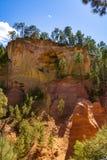 Stora f?rgrika ockrains?ttningar som lokaliseras i Roussillon, den lilla Provensal staden i naturligt regionalt, parkerar av Lube royaltyfria foton