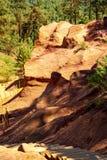 Stora f?rgrika ockrains?ttningar som lokaliseras i Roussillon, den lilla Provensal staden i naturligt regionalt, parkerar av Lube fotografering för bildbyråer
