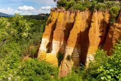 Stora f?rgrika ockrains?ttningar som lokaliseras i Roussillon, den lilla Provensal staden i naturligt regionalt, parkerar av Lube arkivbild