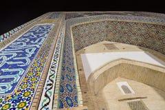 Stora fasaner gjorde av mosaiker tegelplattor i nadirsoffan-begi Madrasa, historisk mitt av Bukhara, Uzbekistan arkivbilder