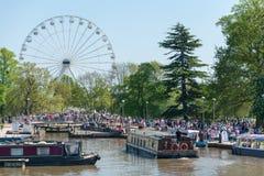 Stora ferrishjul och kanalfartyg och pråm på en sommardag i UK Royaltyfri Foto