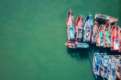 Stora fiskebåtar som står på havet i Phuket, Thailand royaltyfri bild
