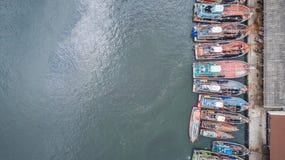 Stora fiskebåtar som står på havet i Phuket, Thailand Aeria arkivbilder