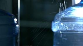 Stora flaskor med vatten stock video