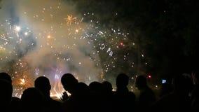 Stora fyrverkerignistor som bränner på nattbrand, visar långsam rörelse lager videofilmer
