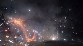 Stora fyrverkerignistor som bränner på nattbrand, visar långsam rörelse stock video