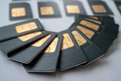 Stora grå färger för SIM-kort som läggas ut på en halvcirkel Arkivfoton