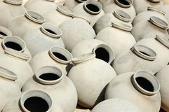 Stora gråa keramiska krus producerade vid Bishnou folk, Indien, Rajasthan Fotografering för Bildbyråer