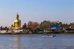 Stora guld- buddha är sidan floden Arkivbild