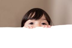 Stora härliga ögon som kikar över vitt kopieringsutrymme Arkivbild