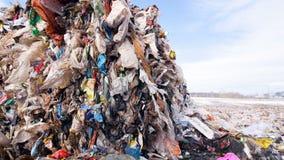 Stora högar av avskräde Tomglas plast- i den förlorade förrådsplatsen Dockaskott lager videofilmer