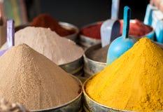Stora högar av exotiska färgglade kryddor i moroccan marknad Royaltyfri Foto