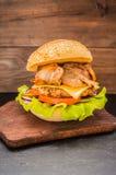 Stora hamburgare- och fransmansmåfiskar på en trätabell i lantlig stil Fotografering för Bildbyråer