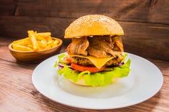 Stora hamburgare- och fransmansmåfiskar på en trätabell i lantlig stil Arkivfoto