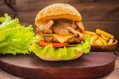 Stora hamburgare- och fransmansmåfiskar på en trätabell i lantlig stil Royaltyfri Fotografi