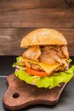 Stora hamburgare- och fransmansmåfiskar på en trätabell i lantlig stil Arkivfoton