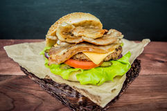 Stora hamburgare- och fransmansmåfiskar på en trätabell i lantlig stil Arkivbild