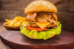 Stora hamburgare- och fransmansmåfiskar på en trätabell i lantlig stil Royaltyfri Foto